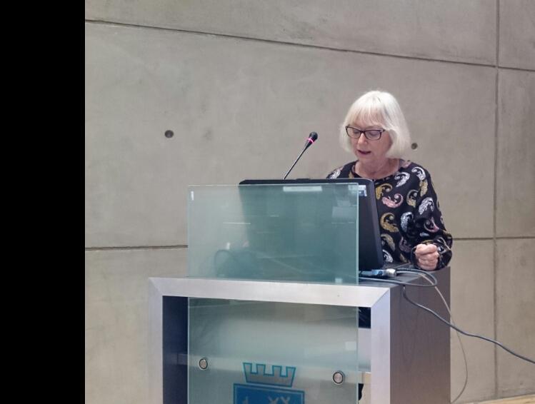 Gunhild Johansen på kommunestyrets talestol